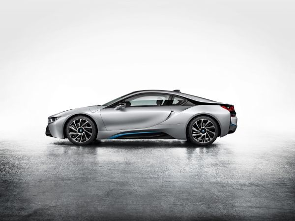 2014-BMW-i8-Side-View
